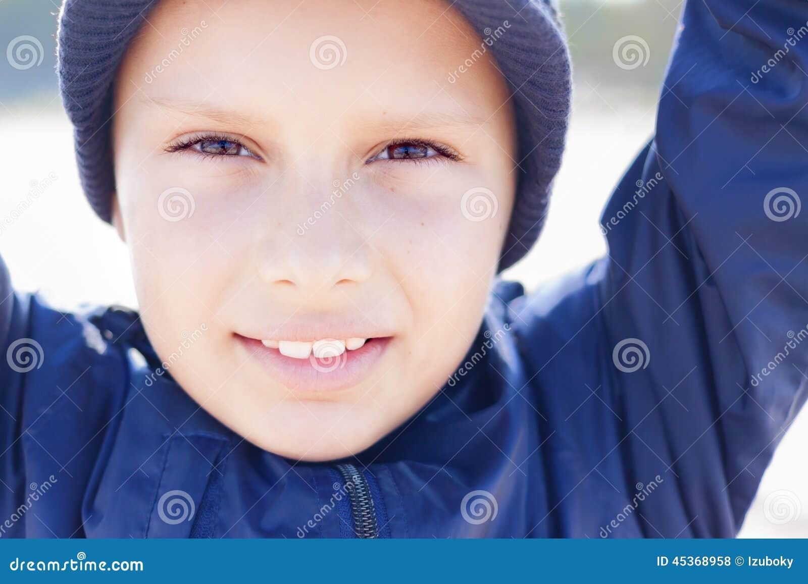 Χαριτωμένα 9 έτη παιδιών φαίνονται στενά επάνω καμερών