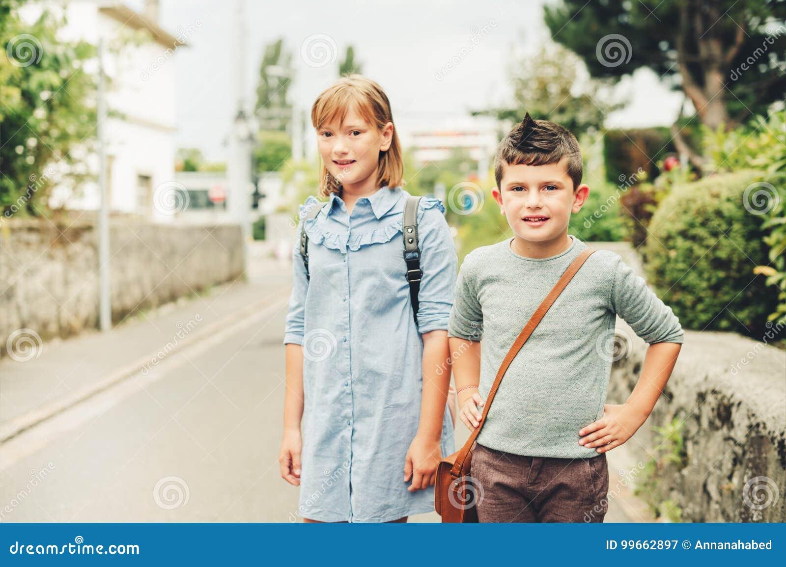 3f01c953b54 Χαριτωμένα παιδιά με τα σακίδια πλάτης Στοκ Εικόνα - εικόνα από ...