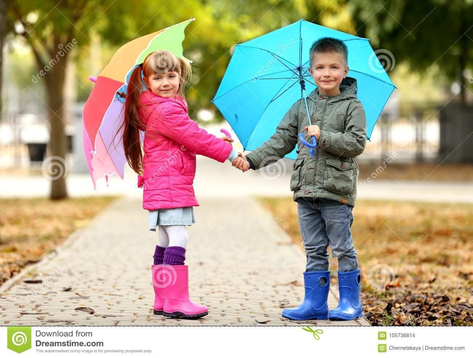 ac4fb56c59f Χαριτωμένα παιδιά με τις ομπρέλες Στοκ Εικόνες - εικόνα από χέρια ...