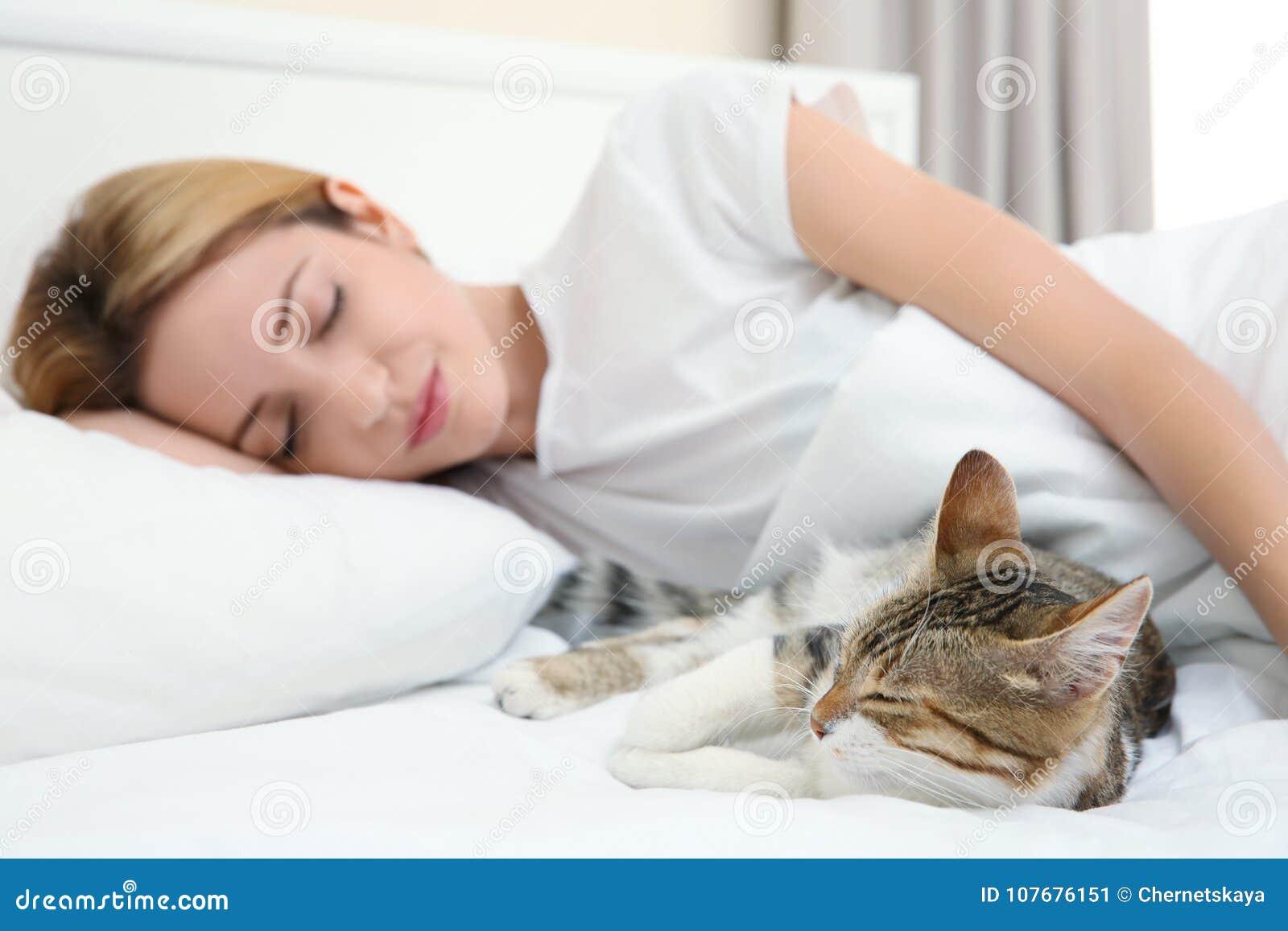 Χαριτωμένη γάτα και νέα χαλάρωση γυναικών