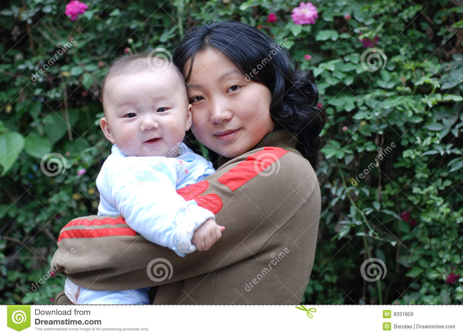 χαριτωμένη μητέρα μωρών