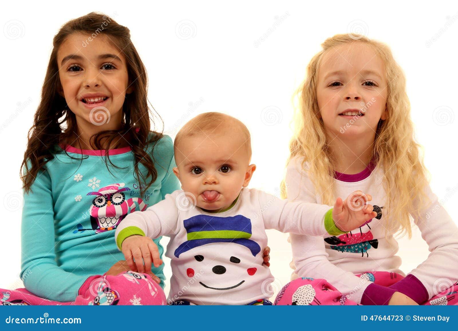 Χαριτωμένοι νεαροί που φορούν τις χειμερινές πυτζάμες με μια αστεία έκφραση
