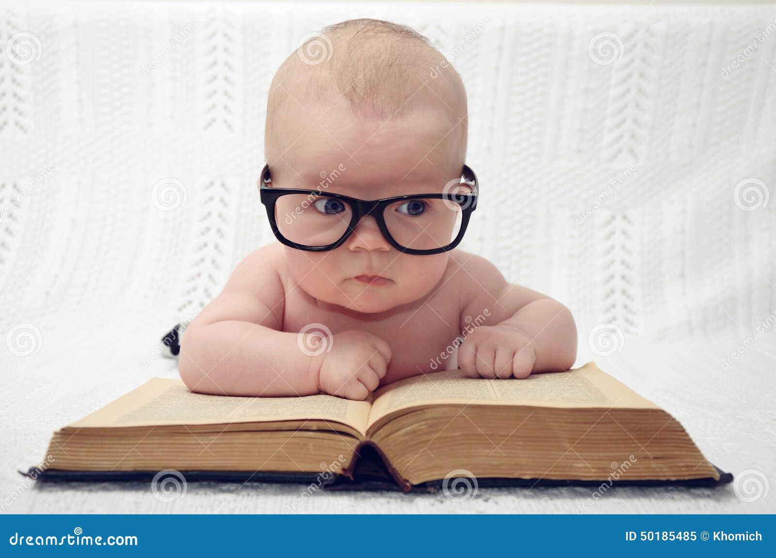 Χαριτωμένος λίγο μωρό στα γυαλιά