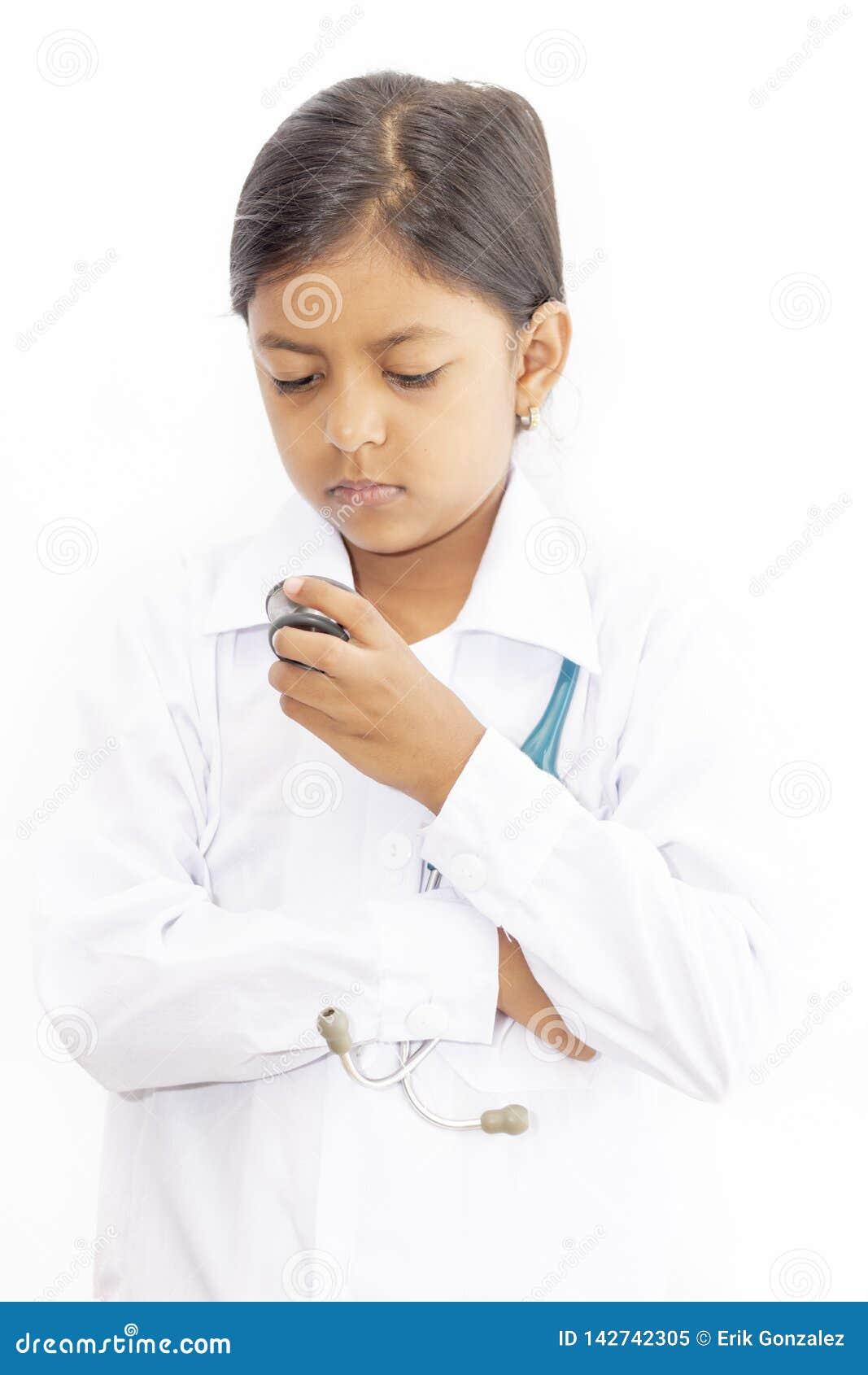 Χαριτωμένος γιατρός μικρών κοριτσιών με ομοιόμορφο
