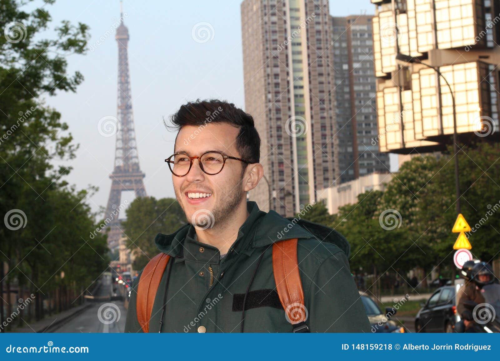 Χαριτωμένος εθνικός νεαρός άνδρας στο Παρίσι, Γαλλία