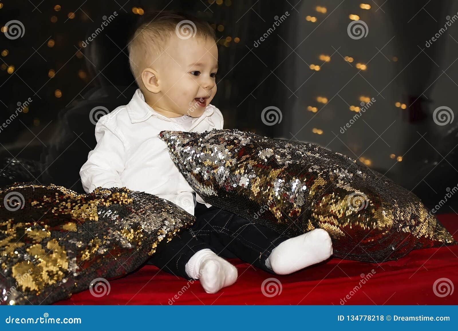 Χαριτωμένος λίγη συνεδρίαση μωρών από το παράθυρο και κοίταγμα μακριά Δωμάτιο που διακοσμείται στα Χριστούγεννα