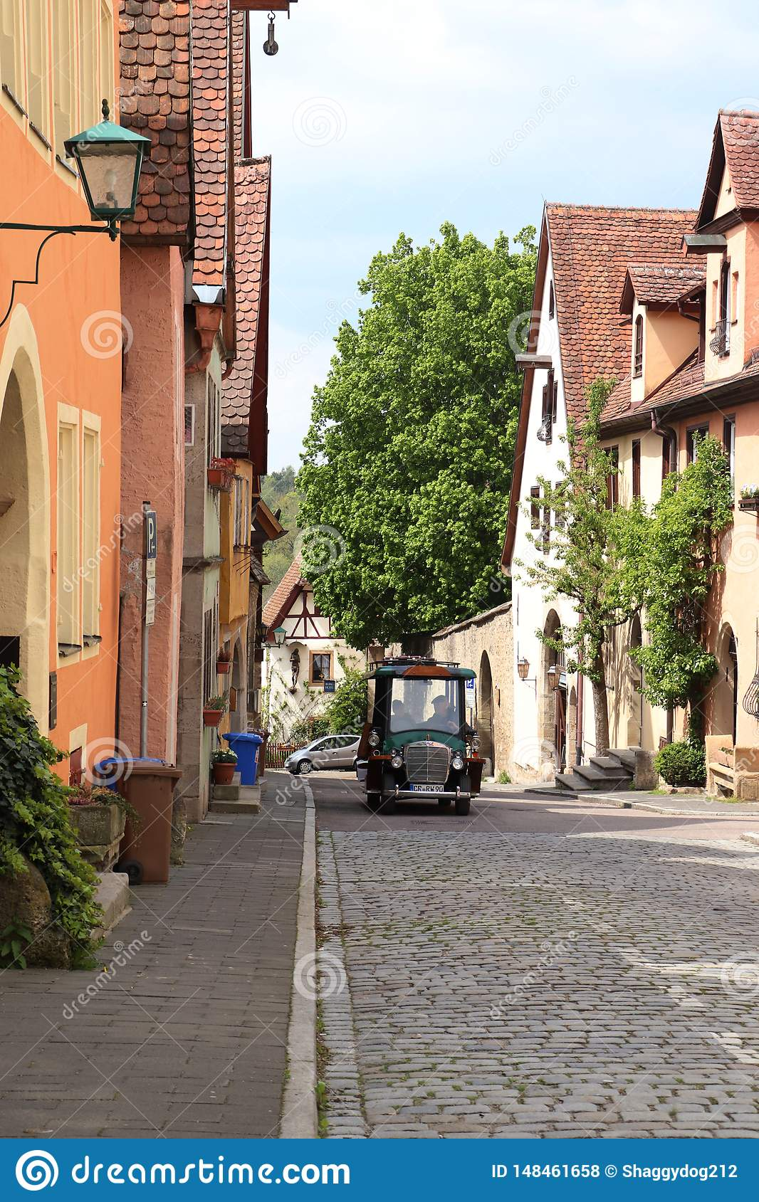 Χαριτωμένος λίγο όχημα σε Rothenburg ob der Tauber
