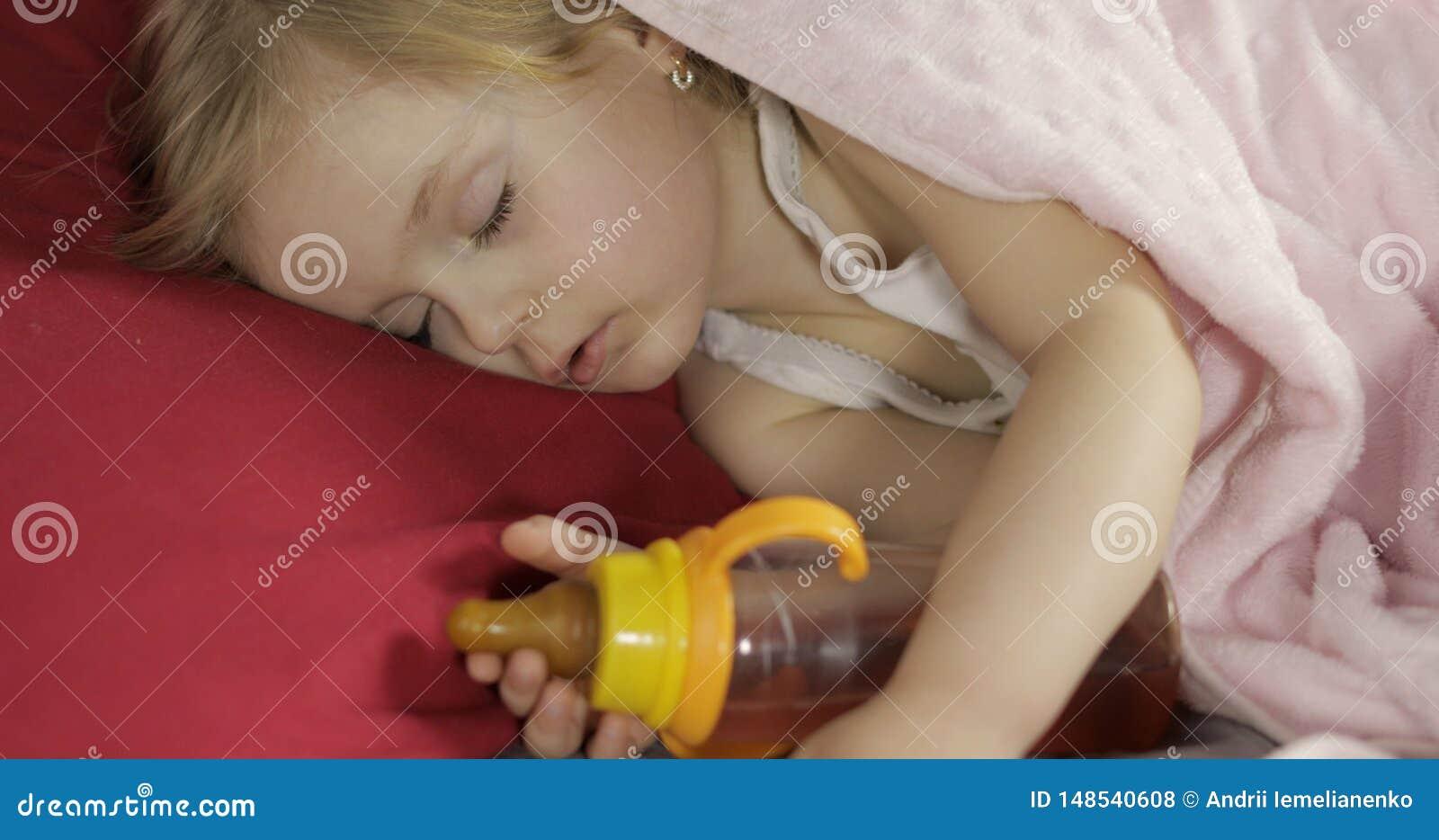 Χαριτωμένος ύπνος μωρών στο κρεβάτι στο σπίτι Ύπνος μικρών κοριτσιών στο φως πρωινού