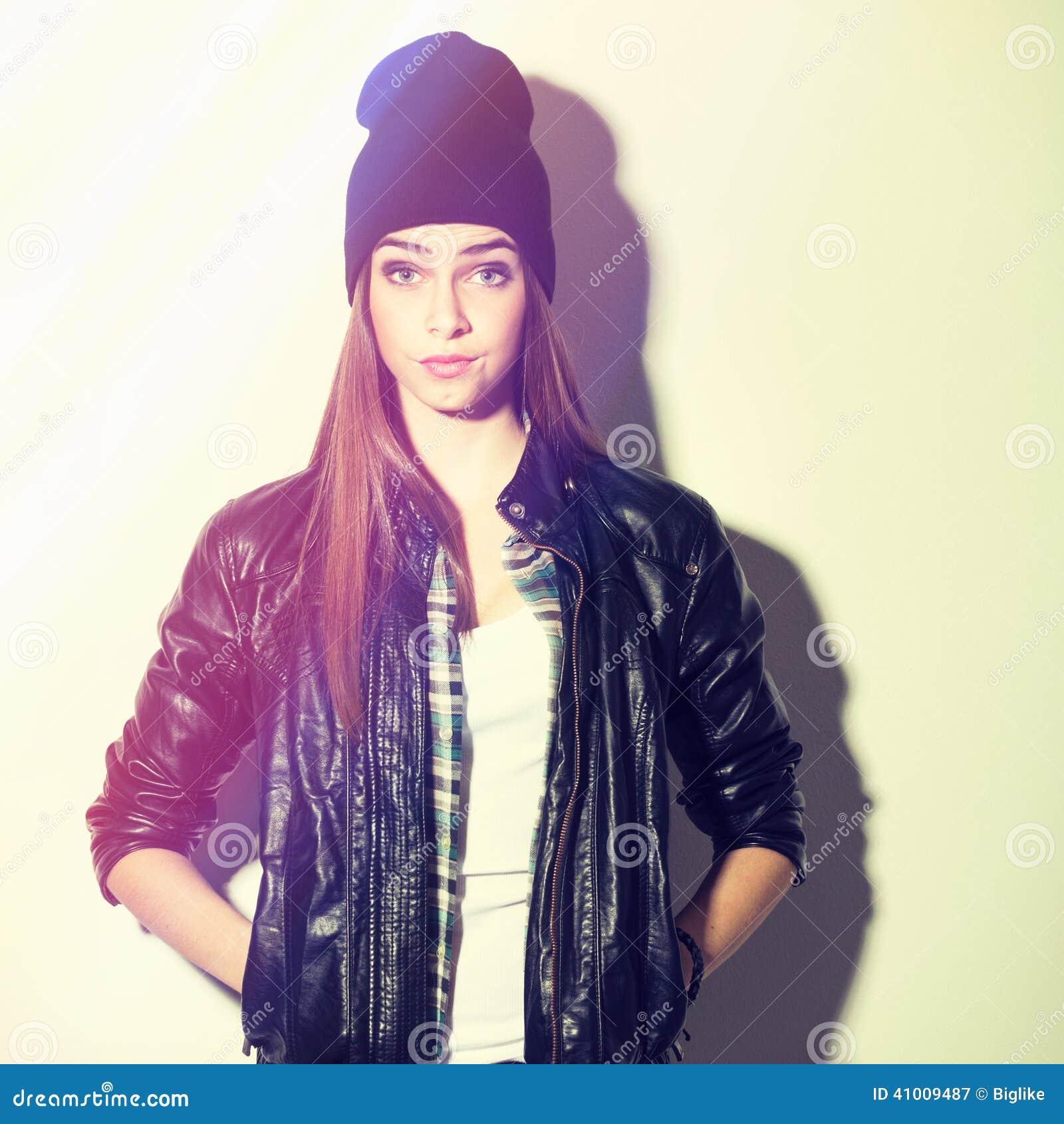 Χαριτωμένο έκπληκτο hipster έφηβη με το καπέλο beanie
