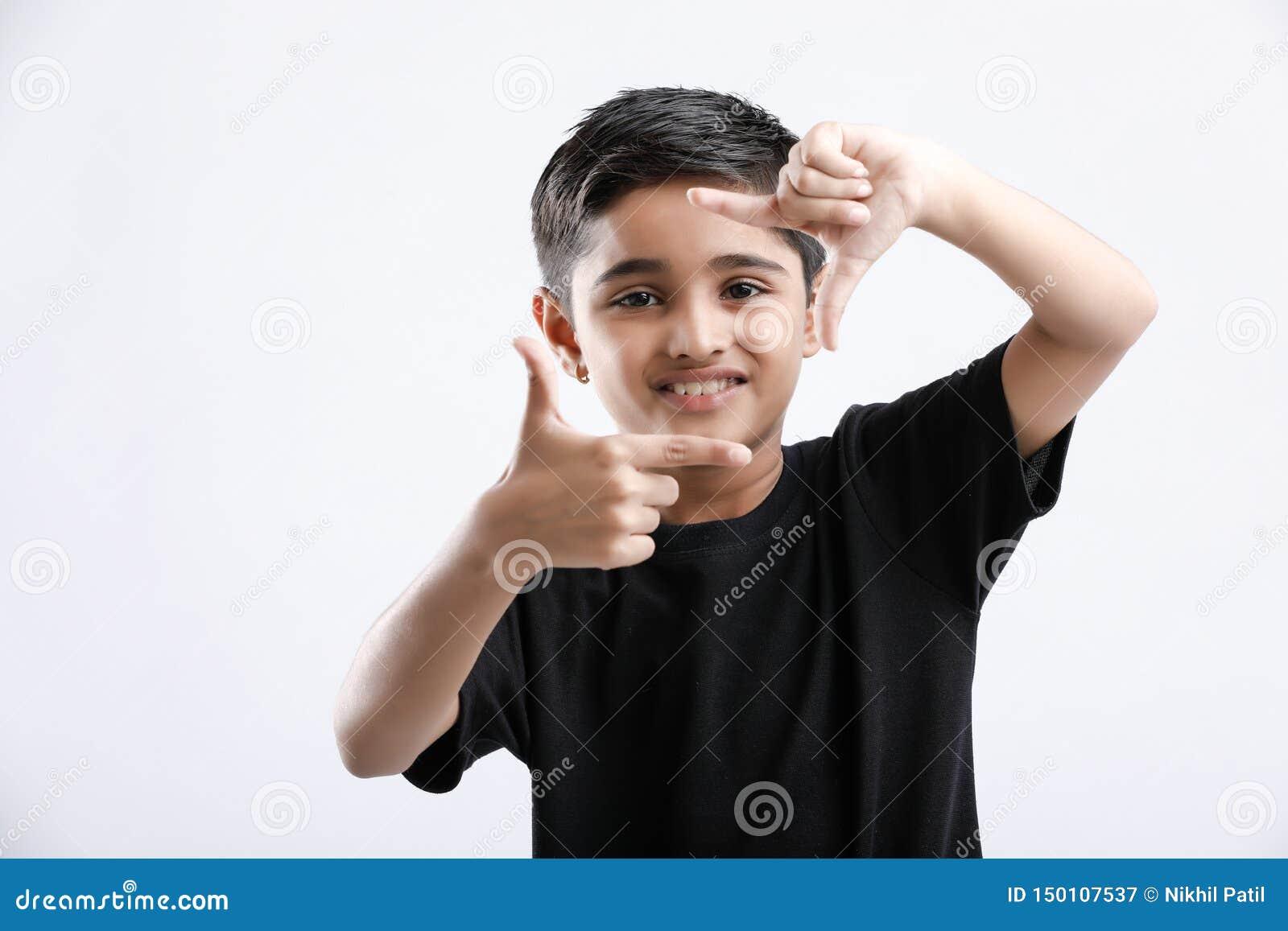 Χαριτωμένο ινδικό μικρό παιδί που δίνει την πολλαπλάσια έκφραση