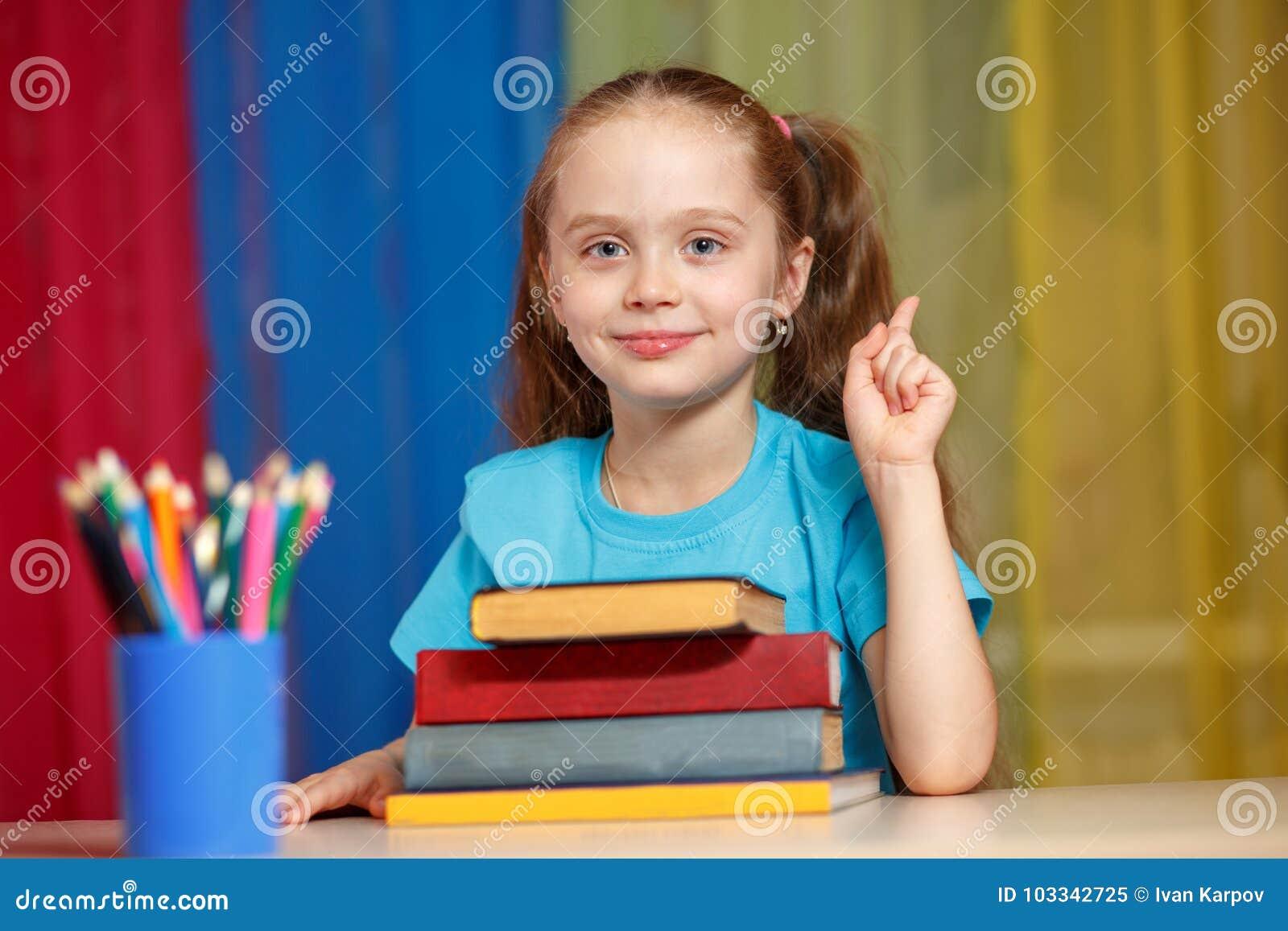 χαριτωμένο κορίτσι βιβλίων λίγα