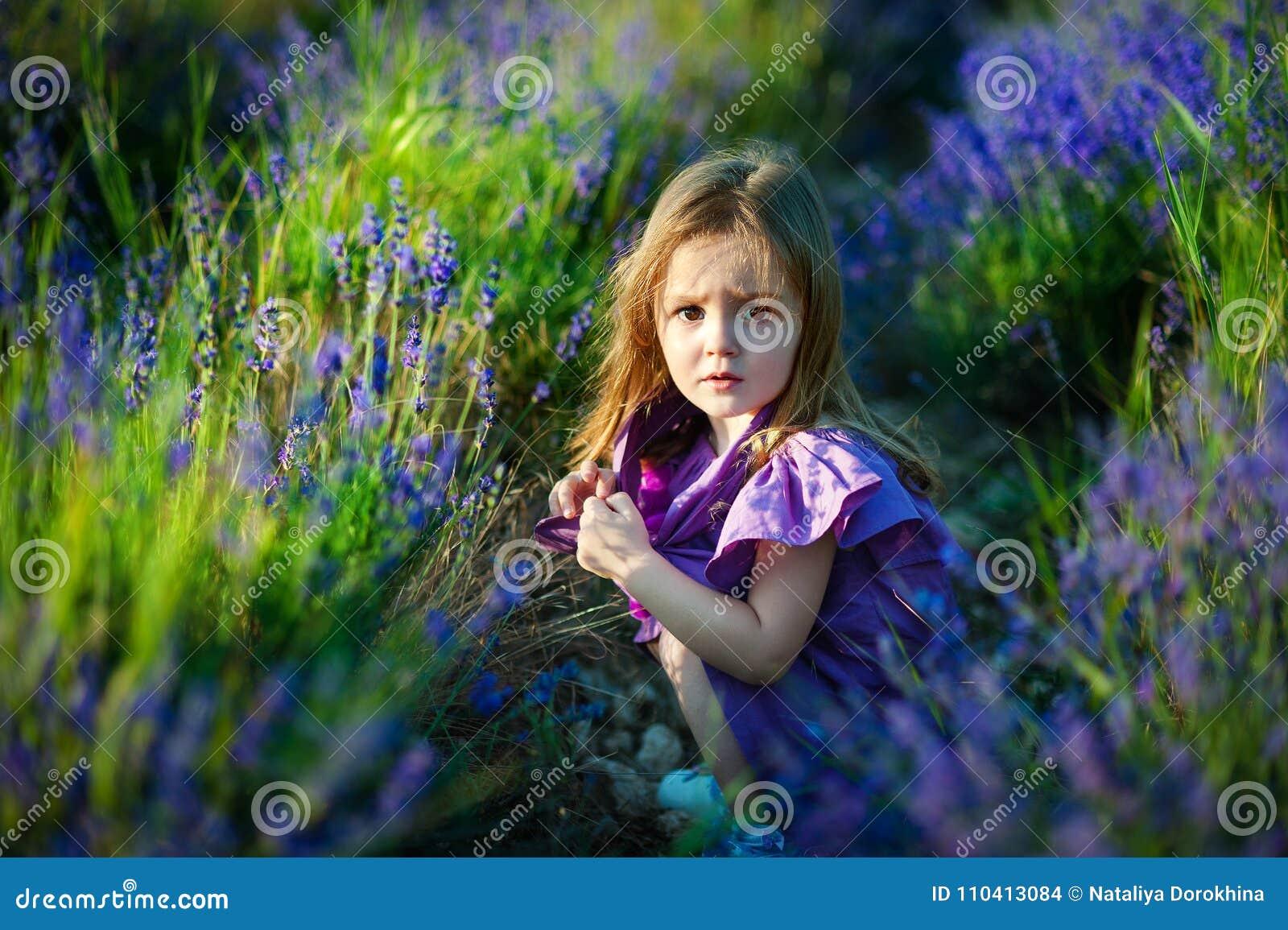 χαριτωμένο κορίτσι ημέρας λίγο καλοκαίρι λιβαδιών