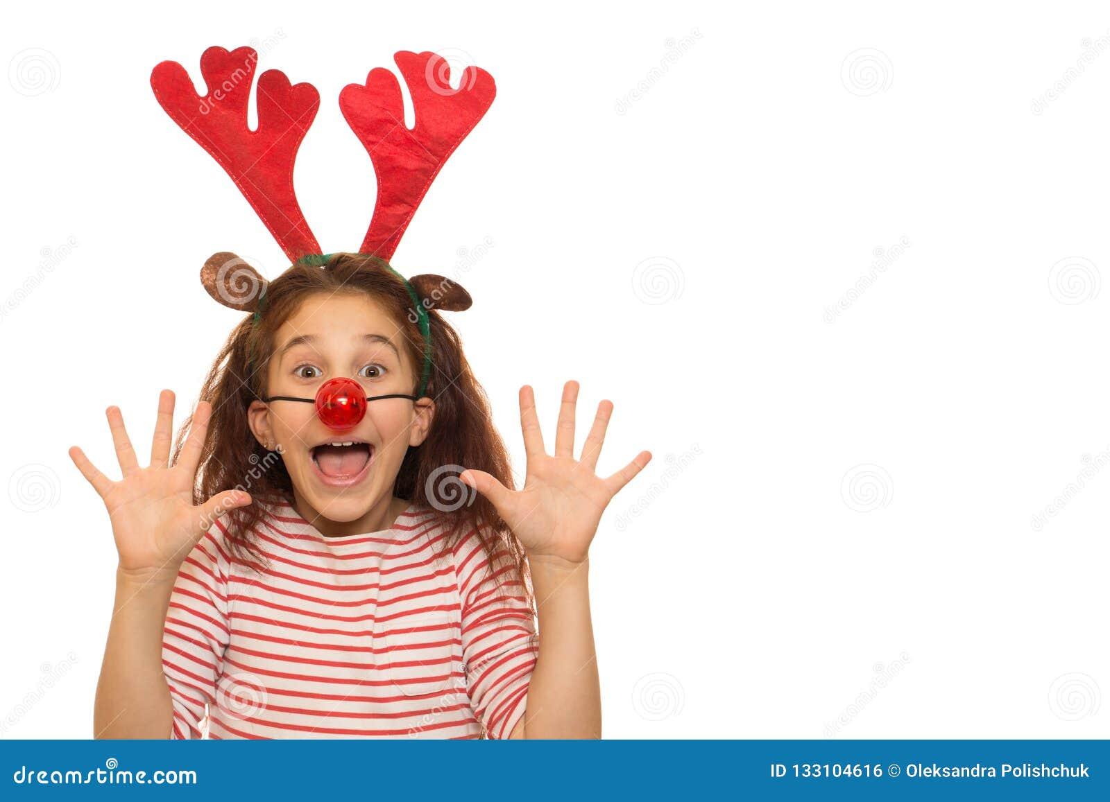 Χαριτωμένο κορίτσι που φορά τα ελαφόκερες Χριστουγέννων