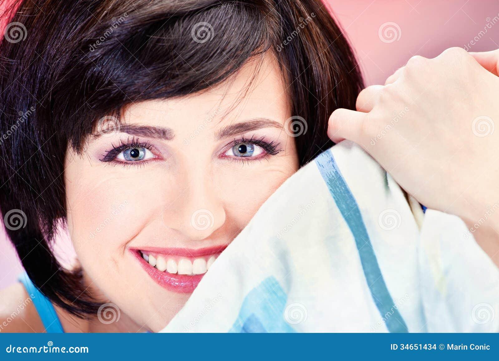 Χαριτωμένο κορίτσι στο μαξιλάρι