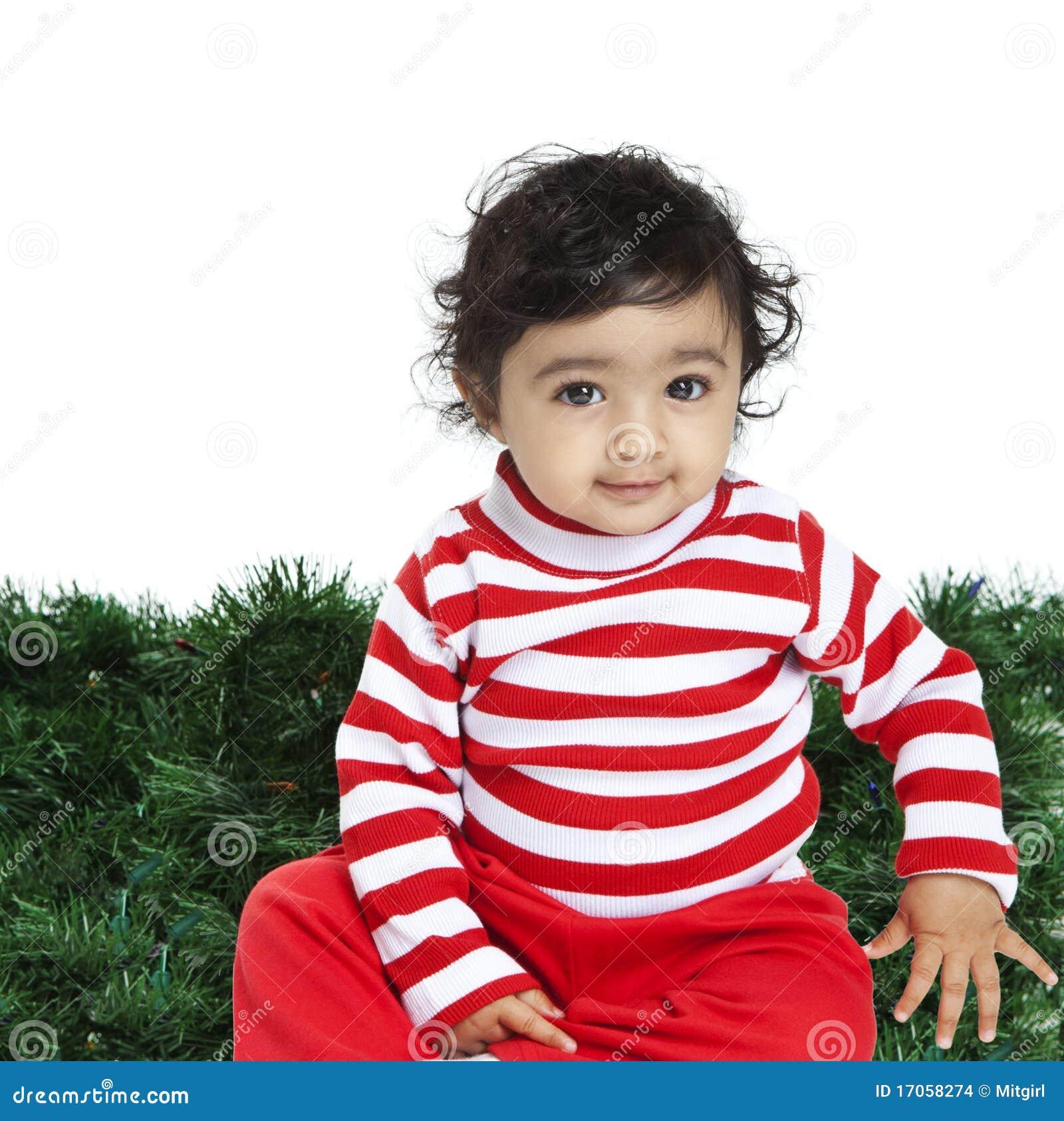 Χαριτωμένο κοριτσάκι μπροστά από μια ανασκόπηση Χριστουγέννων