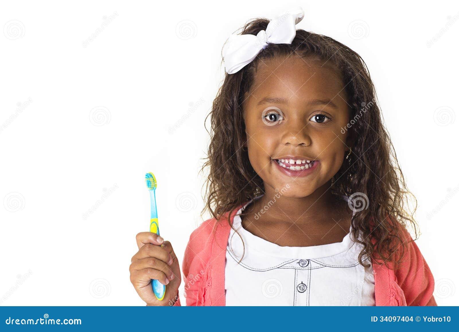 Χαριτωμένο μικρό κορίτσι που βουρτσίζει τα δόντια της