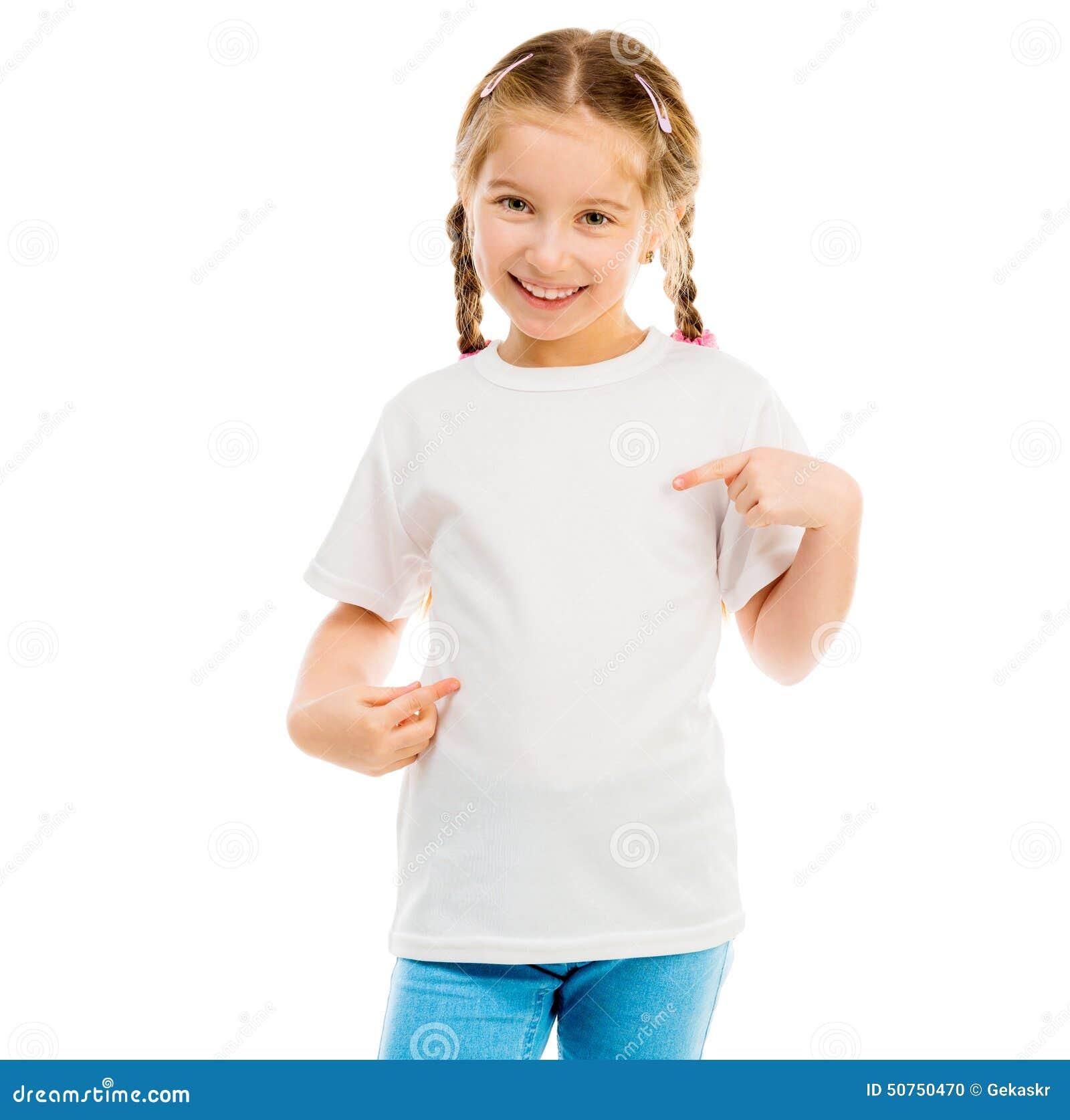 8b235596f4c3 Το χαριτωμένο μικρό κορίτσι σε μια άσπρη μπλούζα και το τζιν παντελόνι σε  ένα άσπρο υπόβαθρο παρουσιάζει μια μπλούζα επάνω