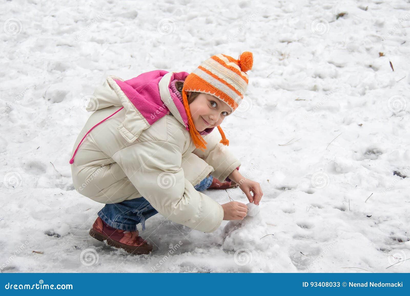 Χαριτωμένο μικρό κορίτσι στο χιόνι