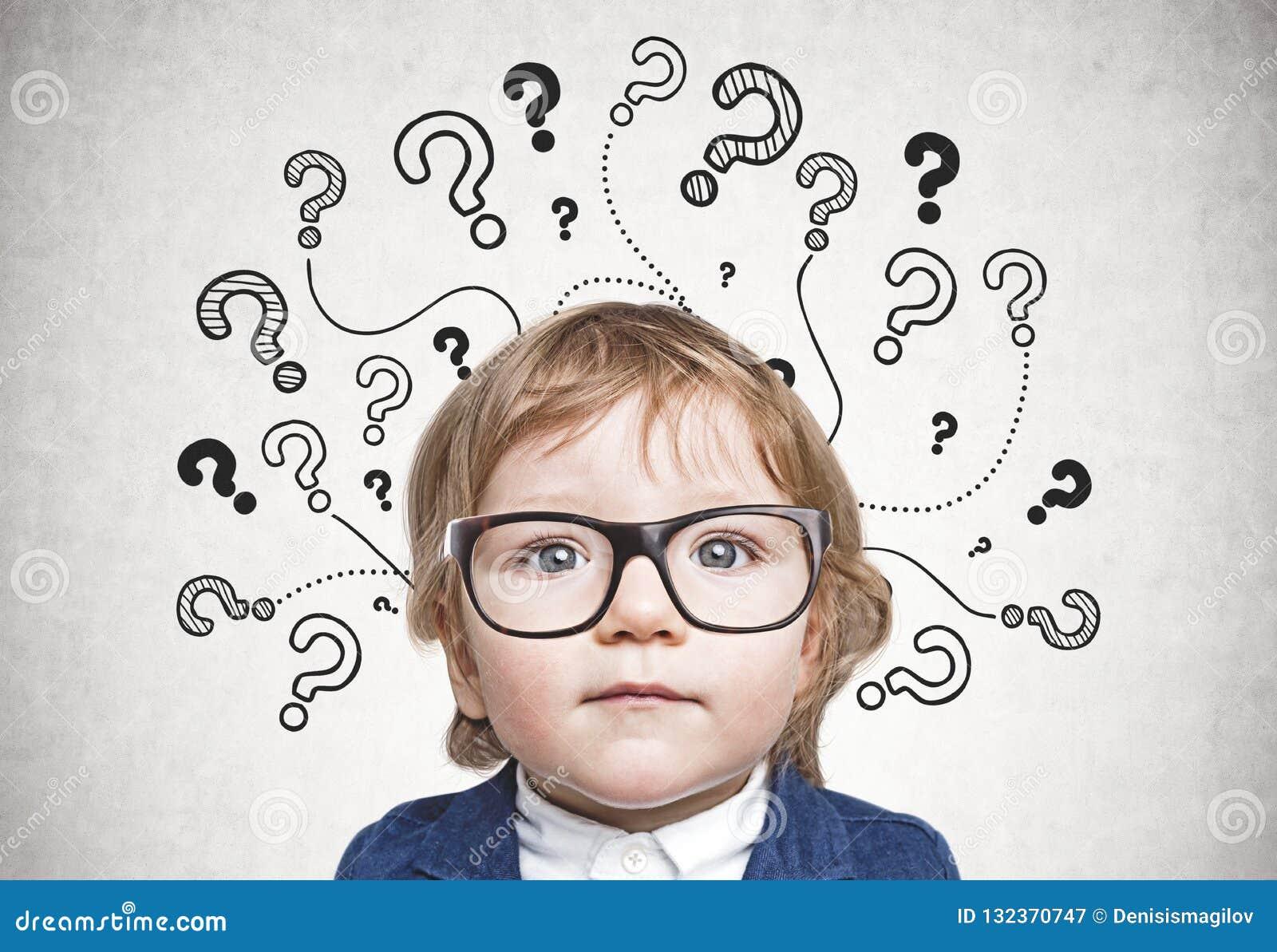 Χαριτωμένο μικρό παιδί στα γυαλιά, ερωτηματικό