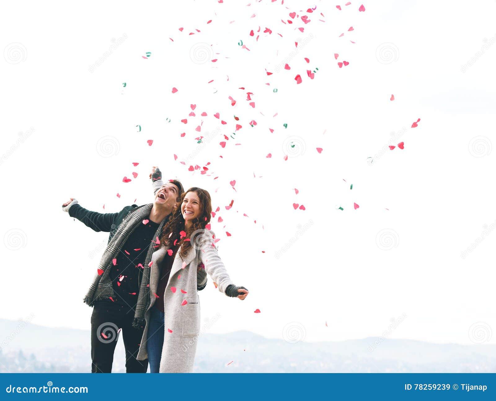 Χαριτωμένο νέο ζεύγος ερωτευμένο, πτώση καρδιών