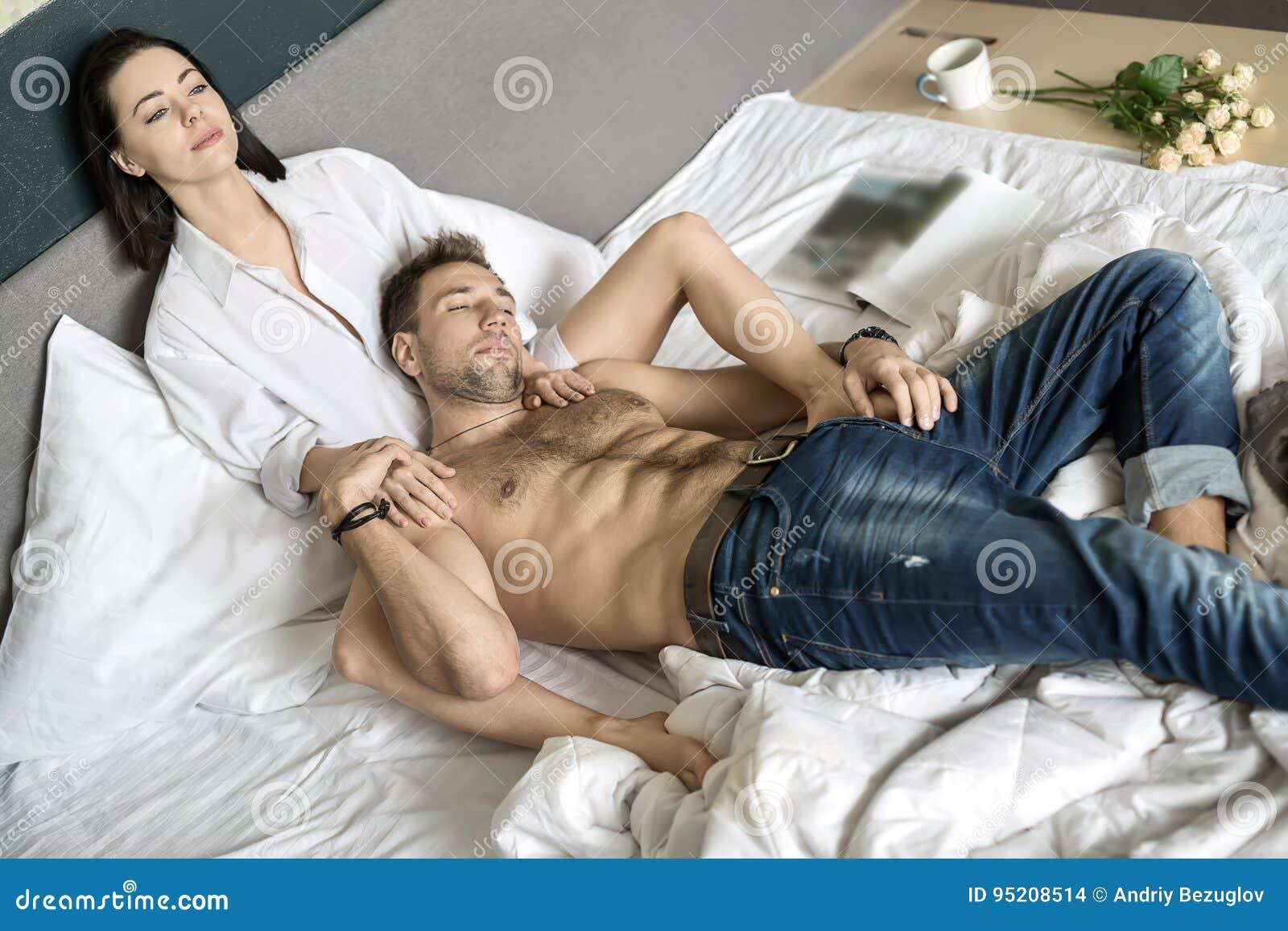 Χαρούμενο ζεύγος στο κρεβάτι
