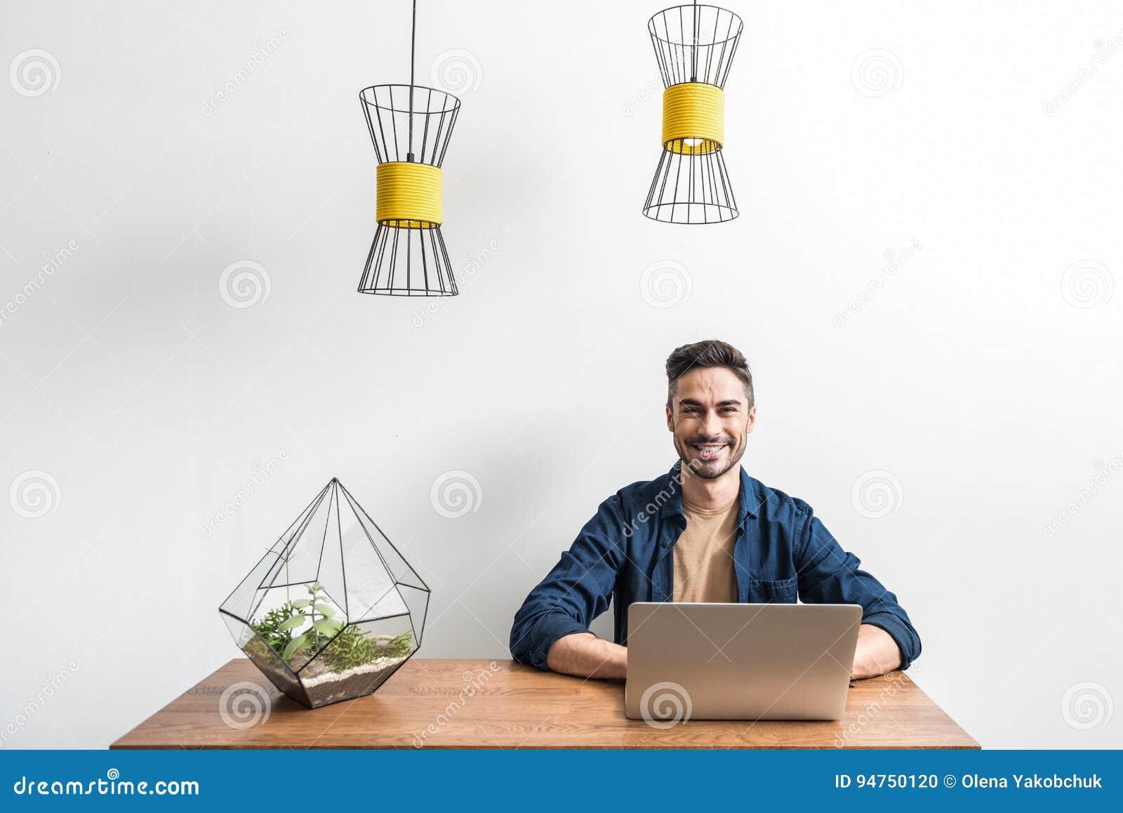 Χαρωπός νεανικός τύπος που λειτουργεί μέσω του σημειωματάριου στο σπίτι