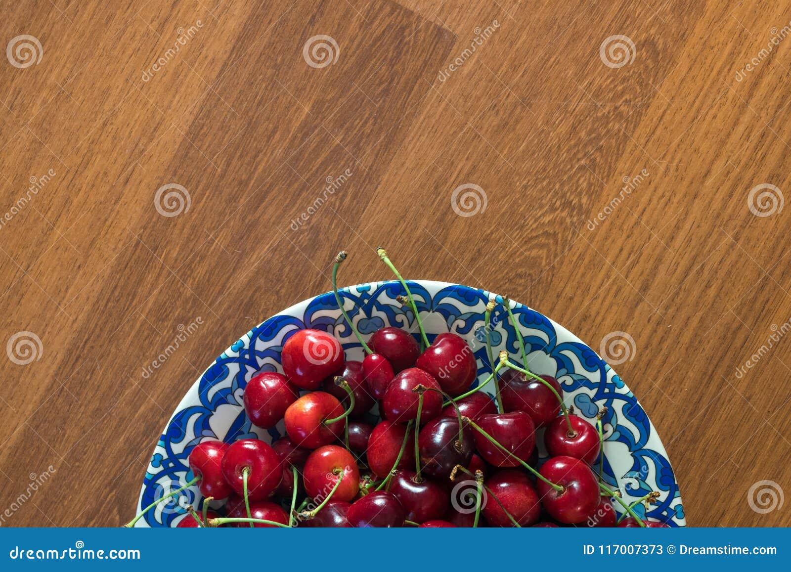 Χαρωπός στο πιάτο στον ξύλινο πίνακα