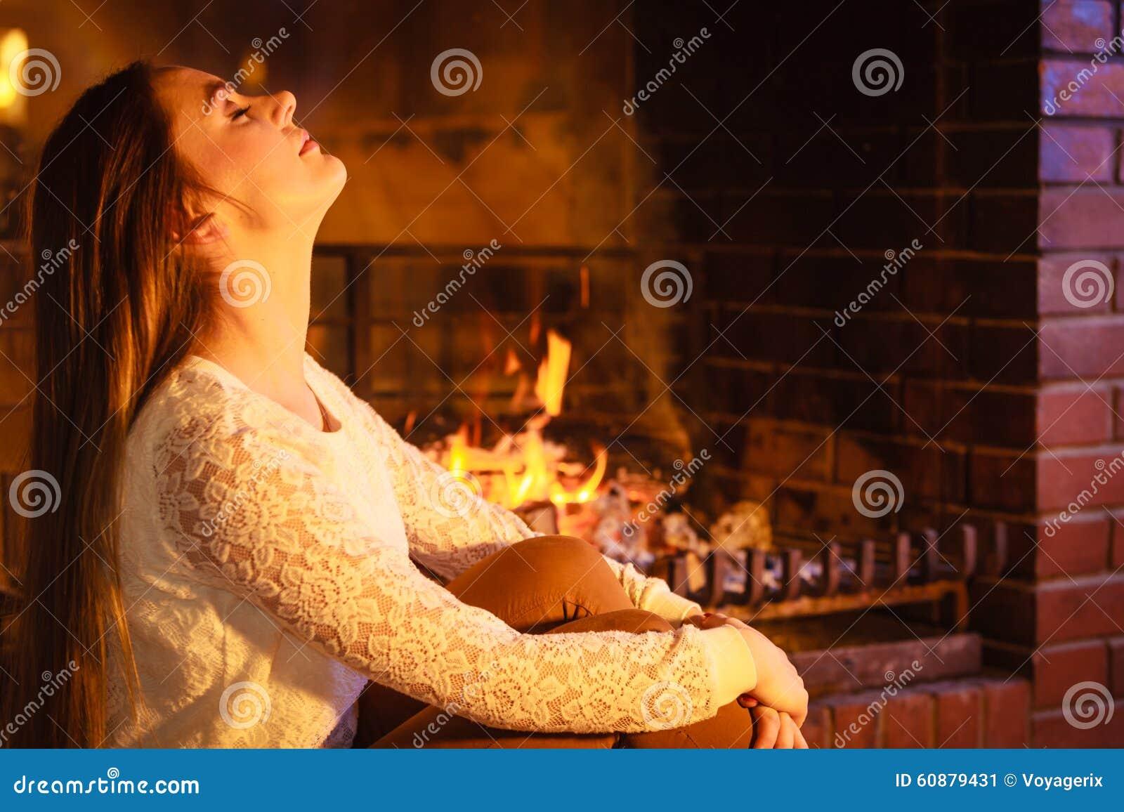 Χαλάρωση γυναικών στην εστία Χειμερινό σπίτι
