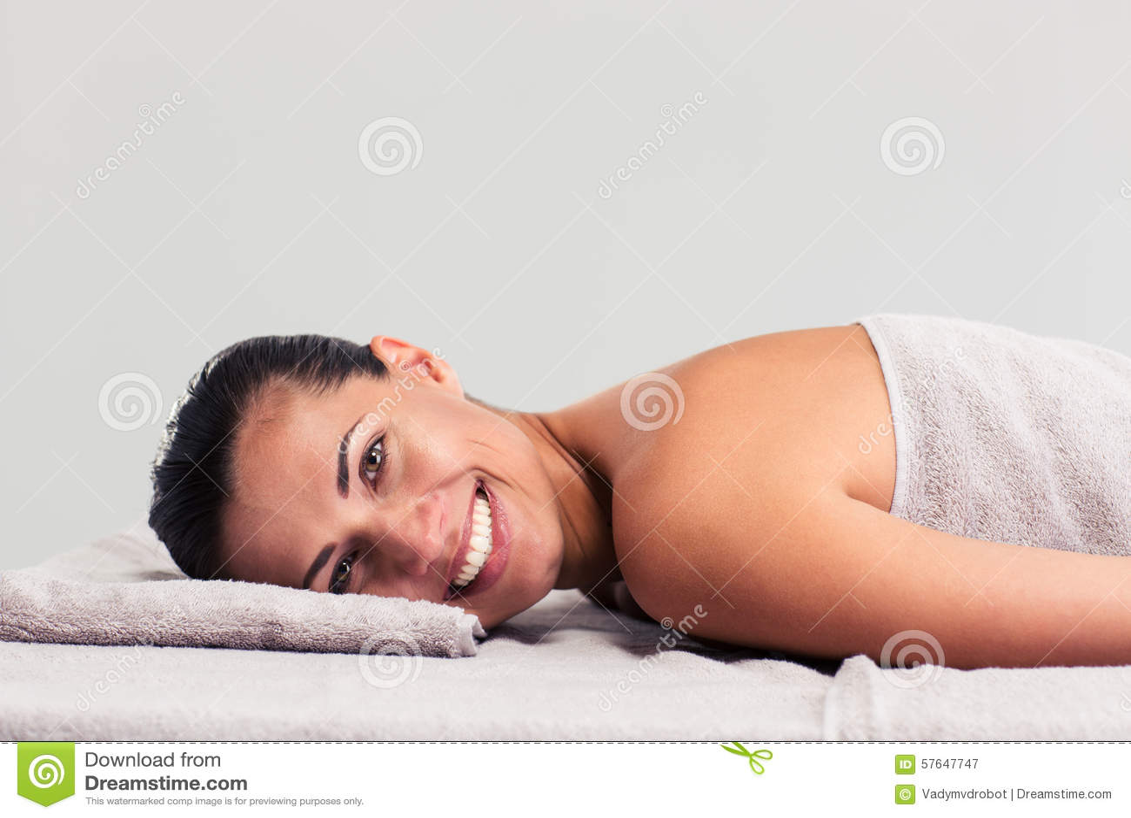 Χαλαρωμένη γυναίκα που βρίσκεται στον αργόσχολο μασάζ