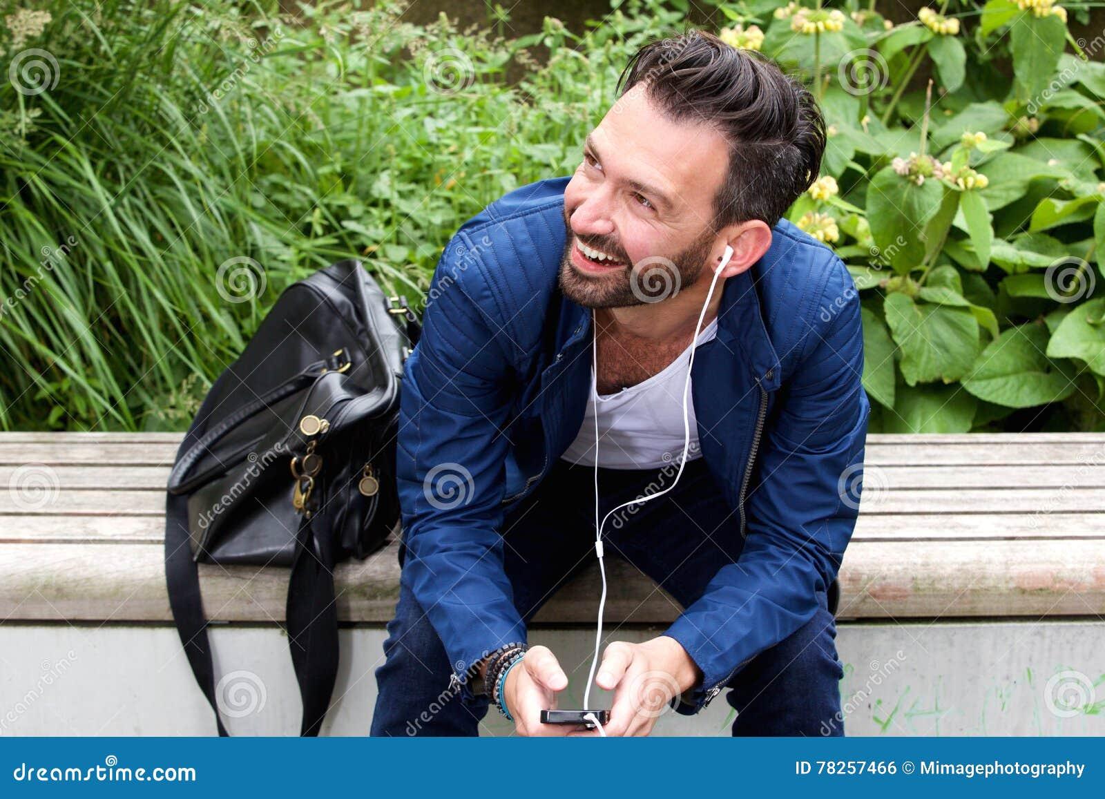 Χαλαρωμένη συνεδρίαση ατόμων υπαίθρια και ακούοντας τη μουσική