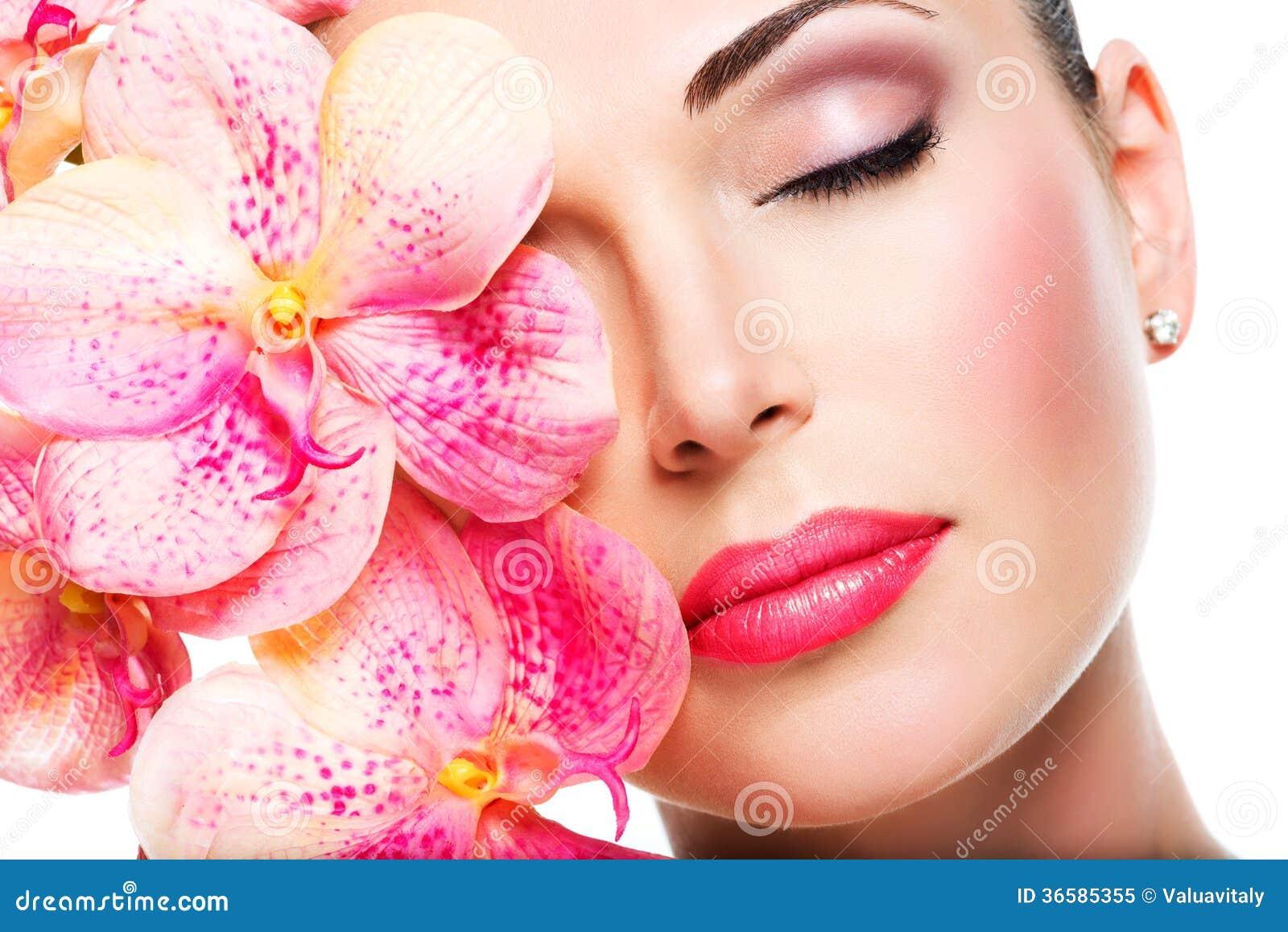 Χαλαρωμένο όμορφο πρόσωπο ενός νέου κοριτσιού με το σαφές δέρμα και το ροζ