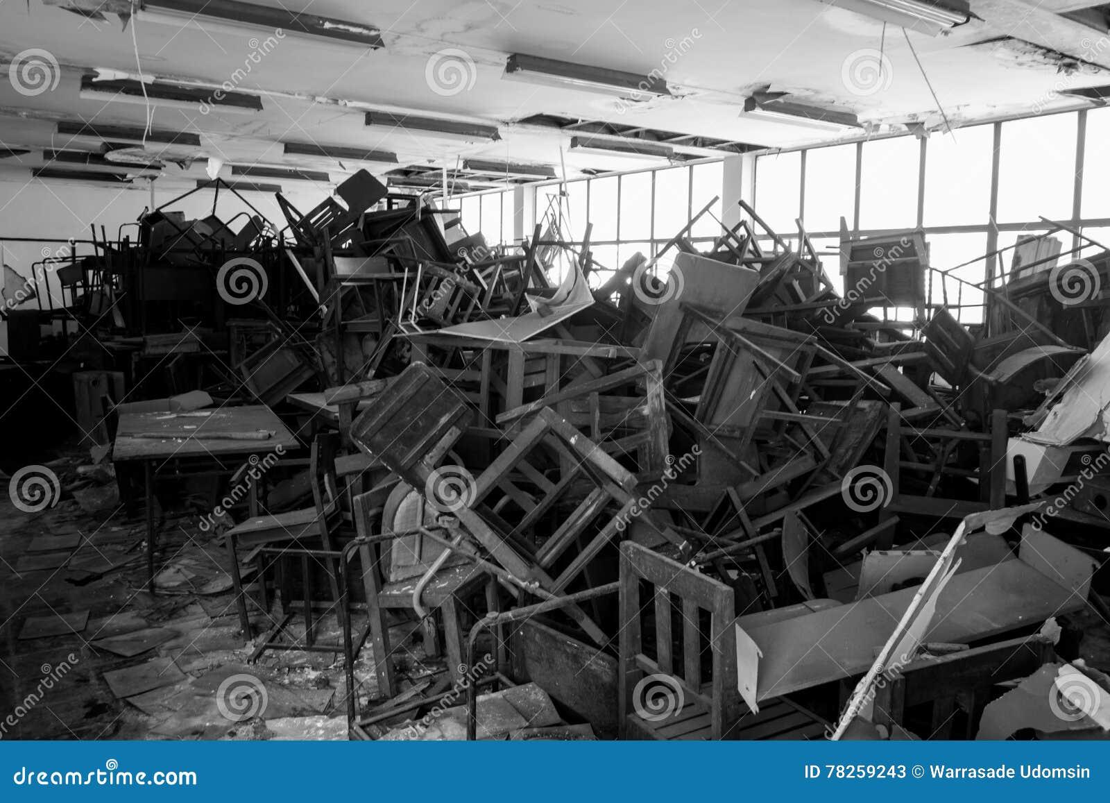 Χαλασμένοι καρέκλες και πίνακας