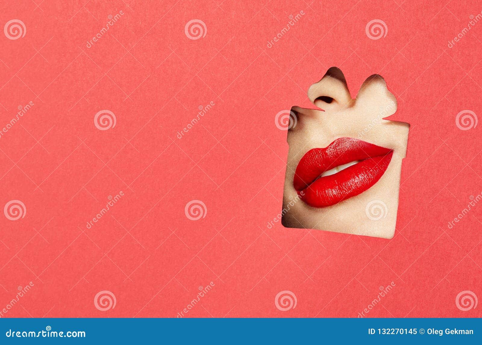 Χείλια μιας νέας όμορφης γυναίκας με ένα κόκκινο κραγιόν