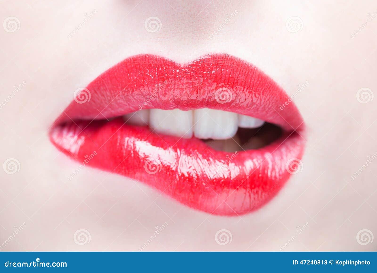 χείλια προκλητικά Κόκκινη λεπτομέρεια χειλικού Makeup ομορφιάς