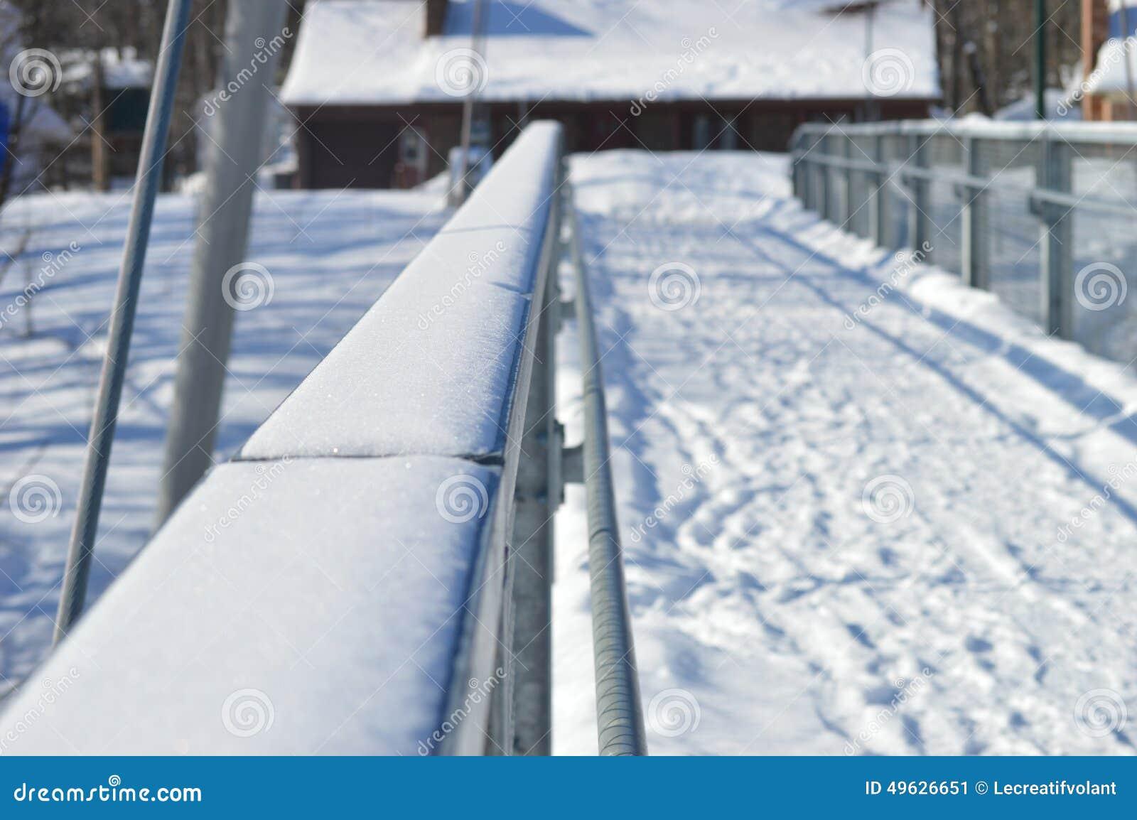 Χειμερινά για τους πεζούς γέφυρα και ψήσιμο στη σχάρα