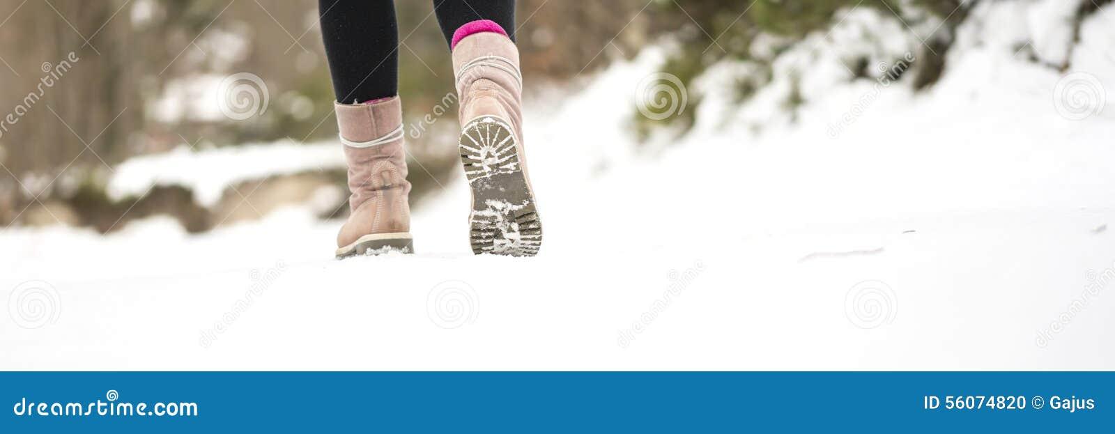 Χειμερινές περιπέτειες - κινηματογράφηση σε πρώτο πλάνο του θερμού θηλυκού περπατήματος χειμερινών μποτών