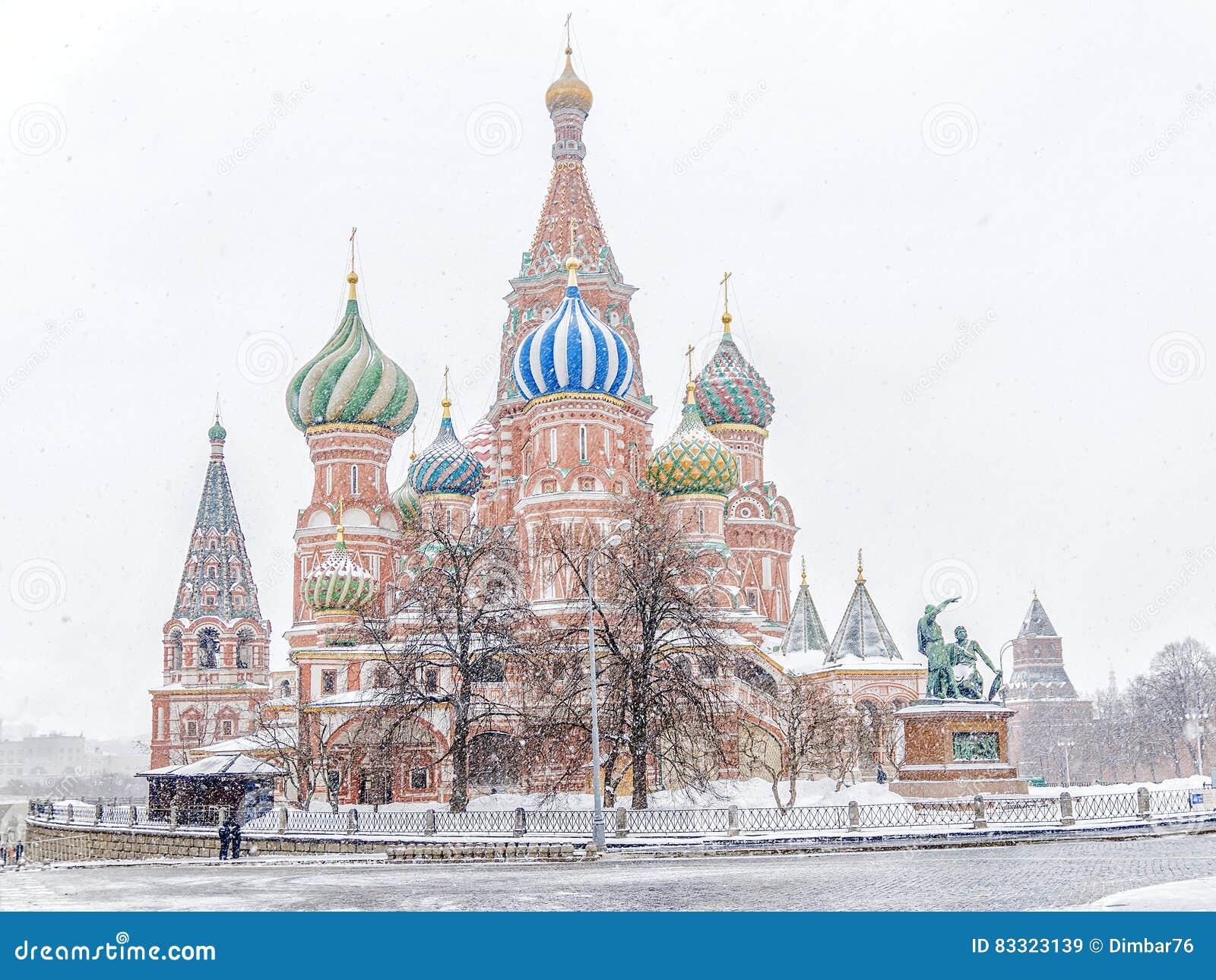 Χειμερινή άποψη του καθεδρικού ναού βασιλικού ` s του ST στη θύελλα χιονιού Mosc