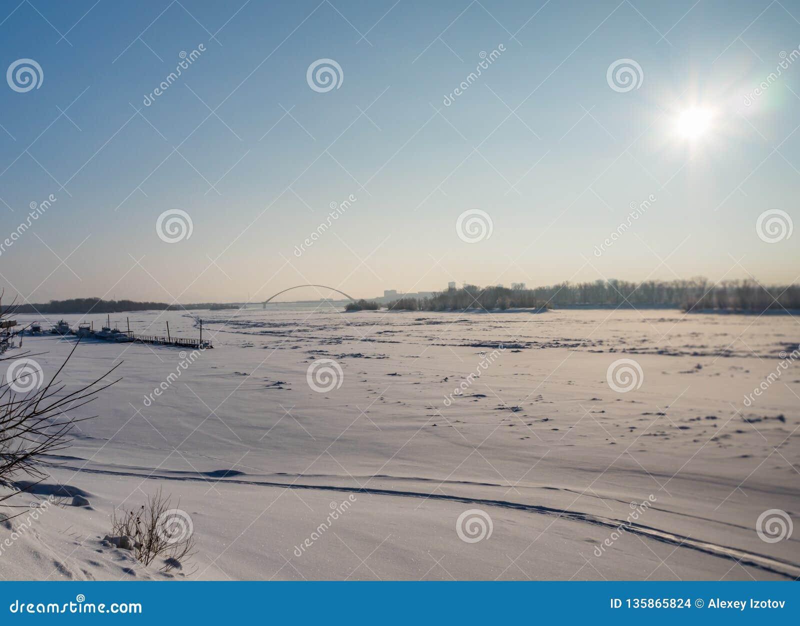 Χειμερινή άποψη του ποταμού Ob και της γέφυρας Bugrinsky στο Novosibirsk, Ρωσία