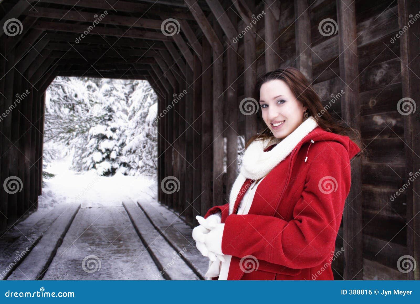 χειμερινή γυναίκα γεφυρώ&