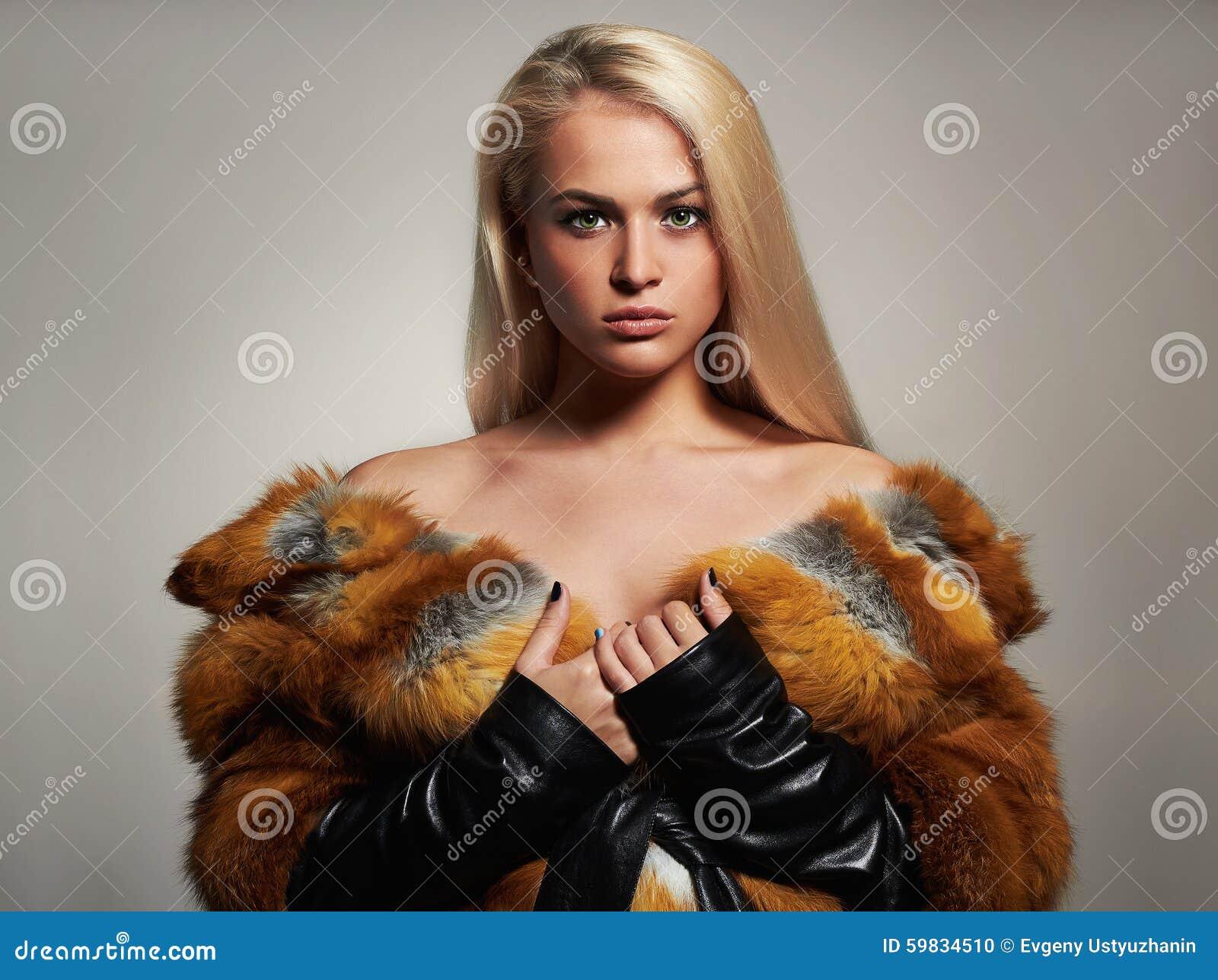 Χειμερινή γυναίκα στο παλτό γουνών πολυτέλειας Πρότυπο κορίτσι μόδας ομορφιάς