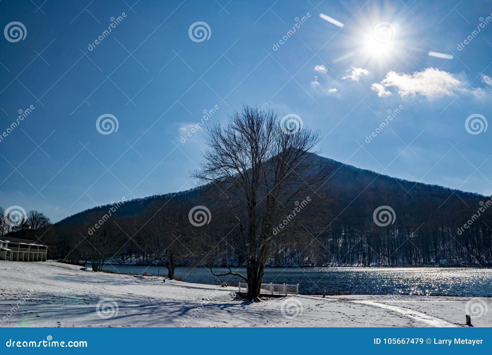Χειμερινός ήλιος πέρα από το αιχμηρό τοπ βουνό