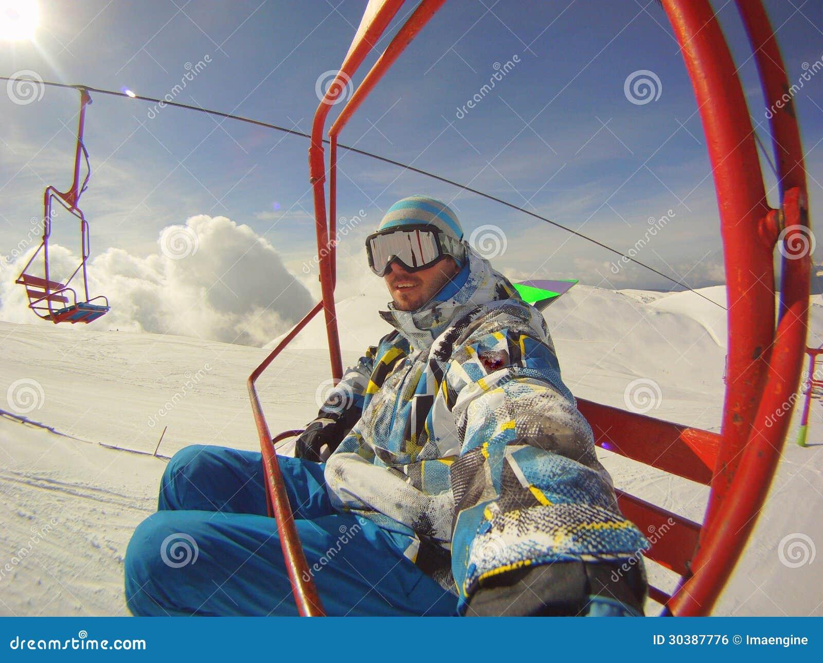 Χειμερινός αθλητισμός - σκιέρ που χρησιμοποιεί το τελεφερίκ
