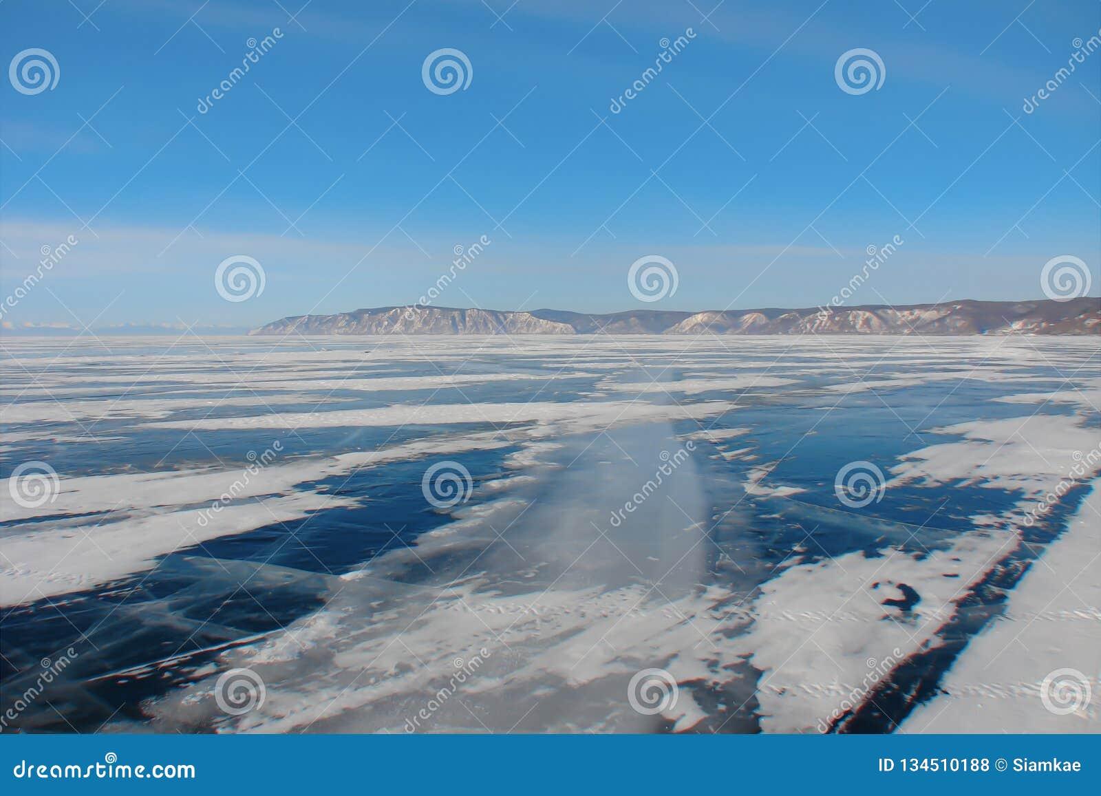 Χειμερινός δρόμος μέσω της παγωμένης λίμνης