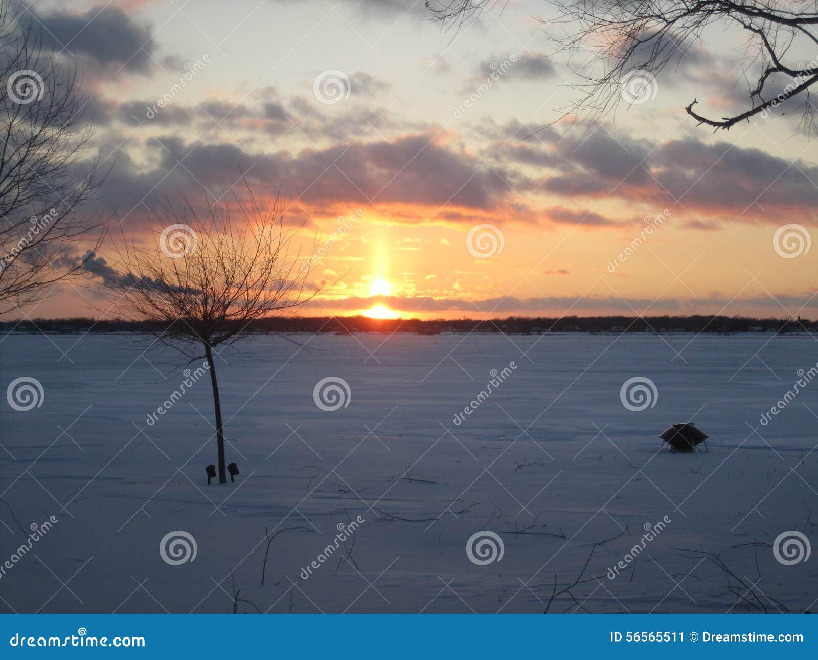 Download Χειμερινό ηλιοβασίλεμα πέρα από το νησί Μίτσιγκαν Grosse Στοκ Εικόνα - εικόνα από ηλιοβασίλεμα, ντητρόιτ: 56565511