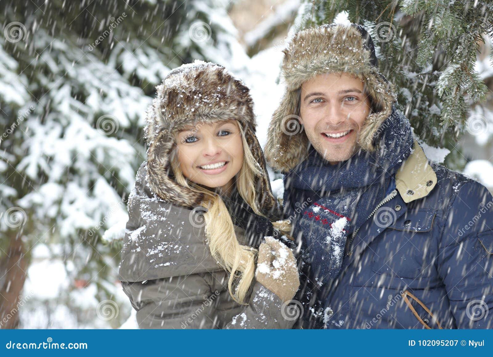 Χειμερινό πορτρέτο του ευτυχούς αγαπώντας ζεύγους