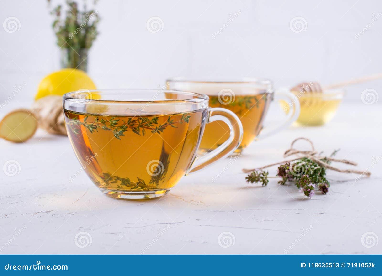 Χειμερινό ποτό Θέρμανση του καυτού τσαγιού με το λεμόνι, την πιπερόριζα, και το θυμάρι χορταριών,