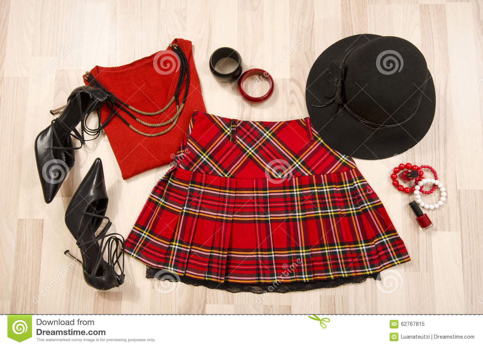 dd7222bf41f5 Η κόκκινη εξάρτηση γυναικών με το ταίριασμα της στιλβωτικής ουσίας καπέλων