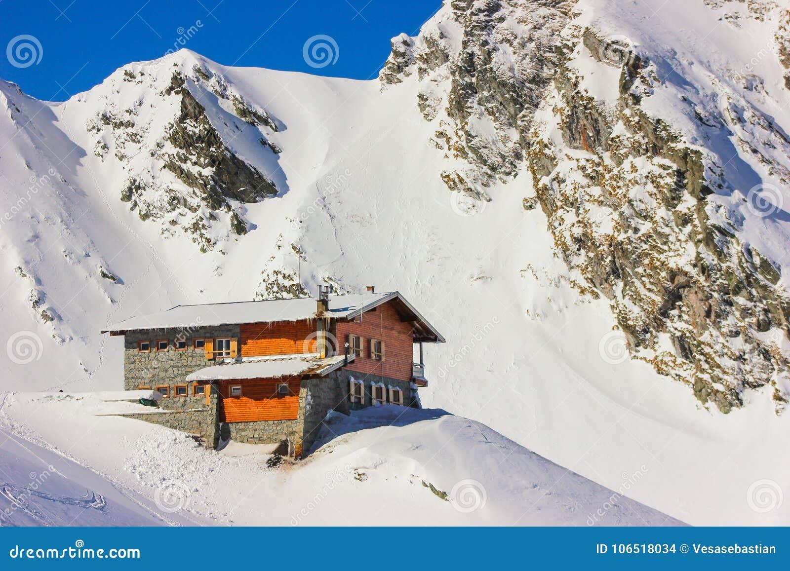 Χειμερινό τοπίο με την καμπίνα στα βουνά λιμνών και Fagaras Balea