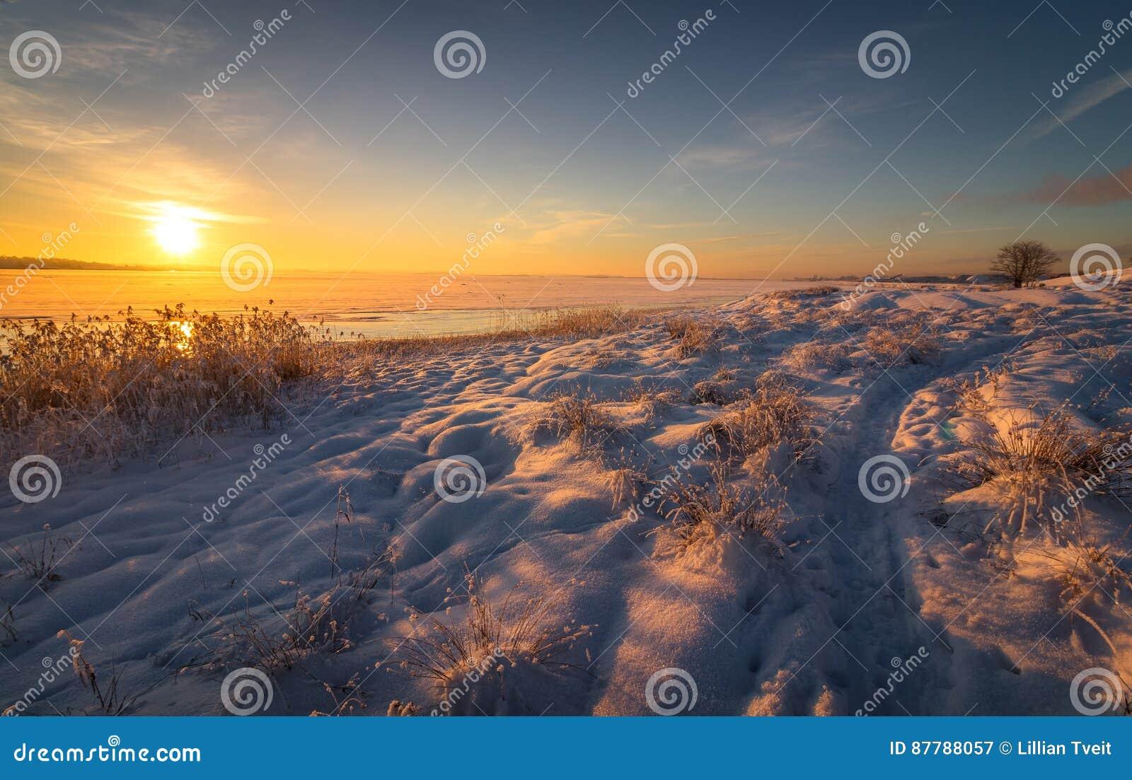 Χειμερινό τοπίο με το χιόνι, ωκεανός, θάλασσα, μπλε ουρανός, δρόμος, ηλιοφάνεια, πάγος