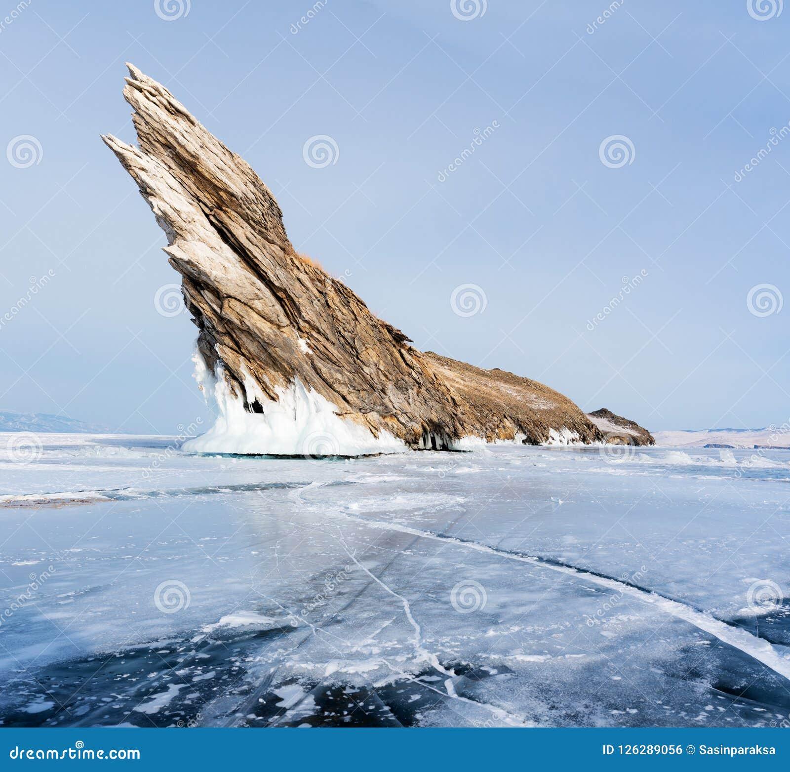 Χειμερινό τοπίο, ραγισμένη παγωμένη λίμνη με το όμορφο νησί βουνών στην παγωμένη λίμνη Baikal στη Σιβηρία, Ρωσία